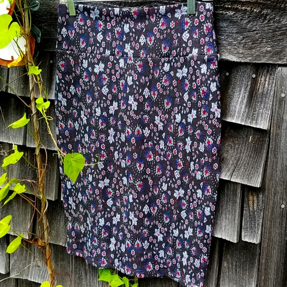 Lularoe skirt abstract blue red on black knit S
